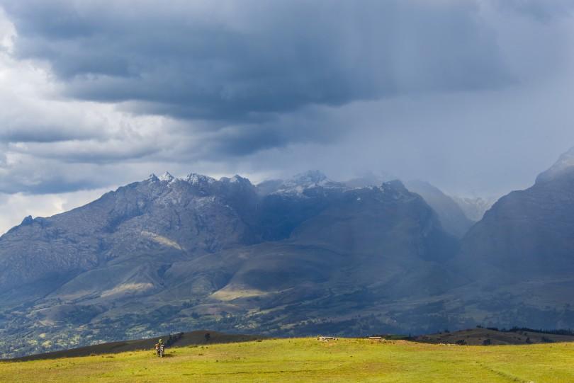 Alrededores de la Laguna Wilcacocha, bajo la amenaza de una tormenta que cubre los picos nevados de la Cordillera Blanca.
