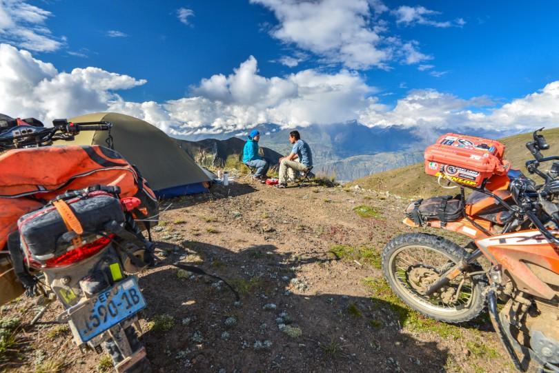 Alberto y Naomi compartiendo las impresionantes vistas que ofrece Punta Winchus, con la Cordillera Blanca al frente.