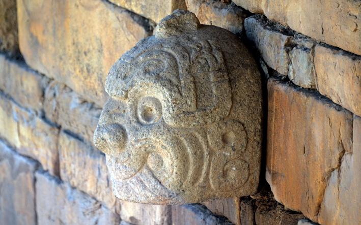Una de las Cabezas Clavas talladas en piedra que resguardan el templo principal del complejo arqueológico Chavín de Huántar.