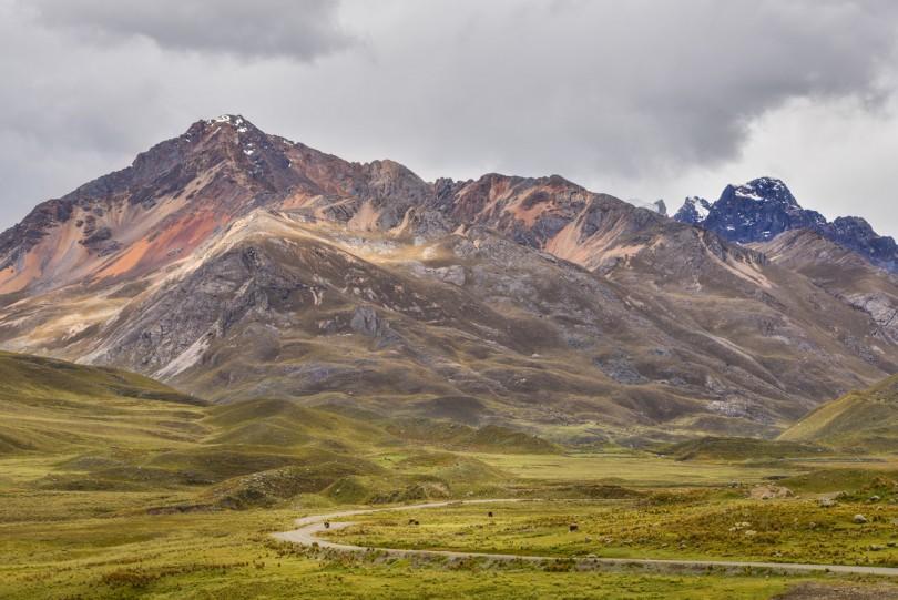 El camino de tierra que sube hacia el Glaciar Pastoruri esta inundado de vistas fabulosas como esta.