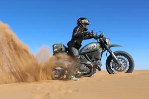 Scrambler en dunas sacando atasco 2