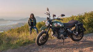 Alicia Sornosa, con su Ducati Scrambler
