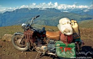 La Triumph de 500 cc que acompañó a Ted Simon durante su primera vuelta al mundo, en Perú // Foto: Ted Simon - Jupitalia.com