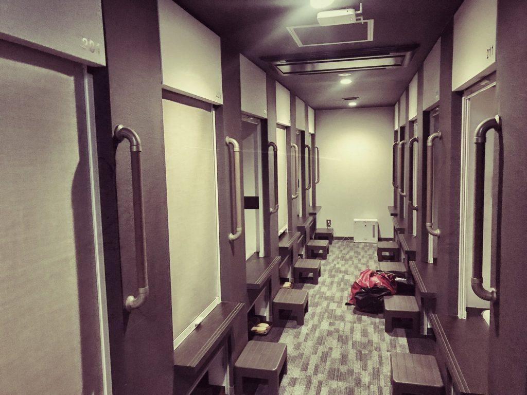 Mc Bauman en Japón: Pasillo de un hotel cápsula