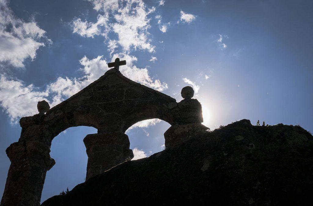 Ribeira-Sacra---Sombras-monasterio-San-Pedro-de-Rocas