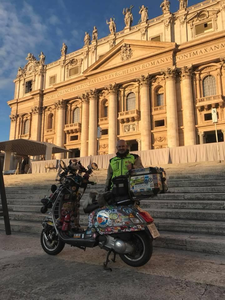 El Papa Francisco bendice en el Vaticano la Vespa del aventurero español JAF Fernández