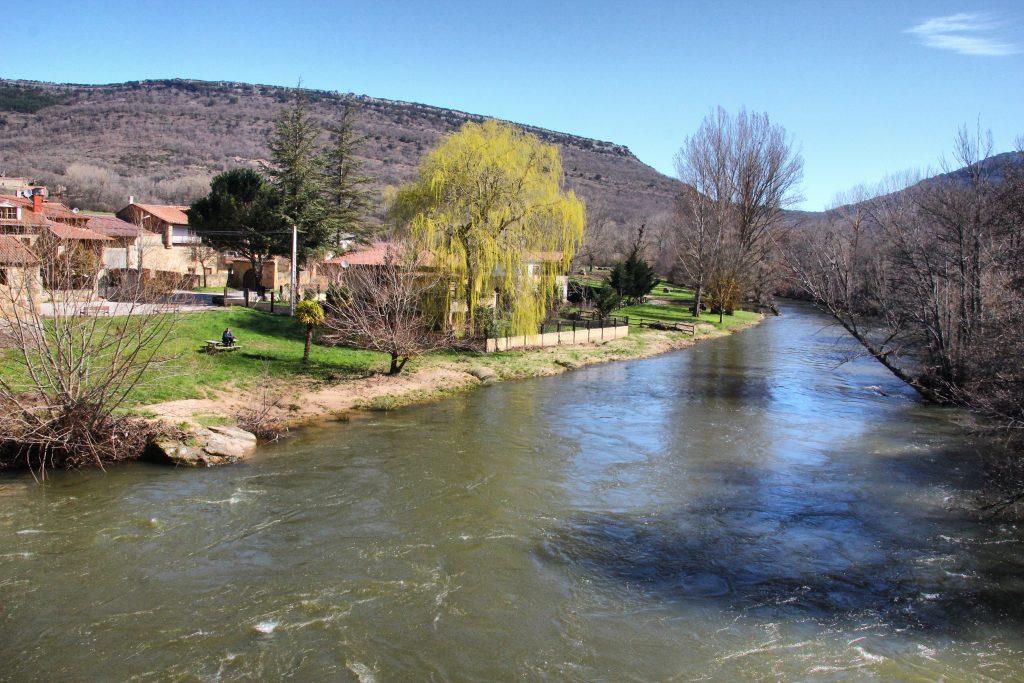El río Ebro, antes de adentrarse en las hoces que marcan su entrada a Castilla y León.