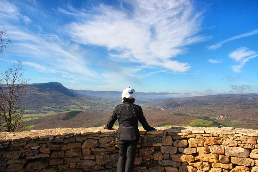 El mirador de Hito nos ofrece una vasta panorámica del valle que abraza el Ebro tras su nacimiento.