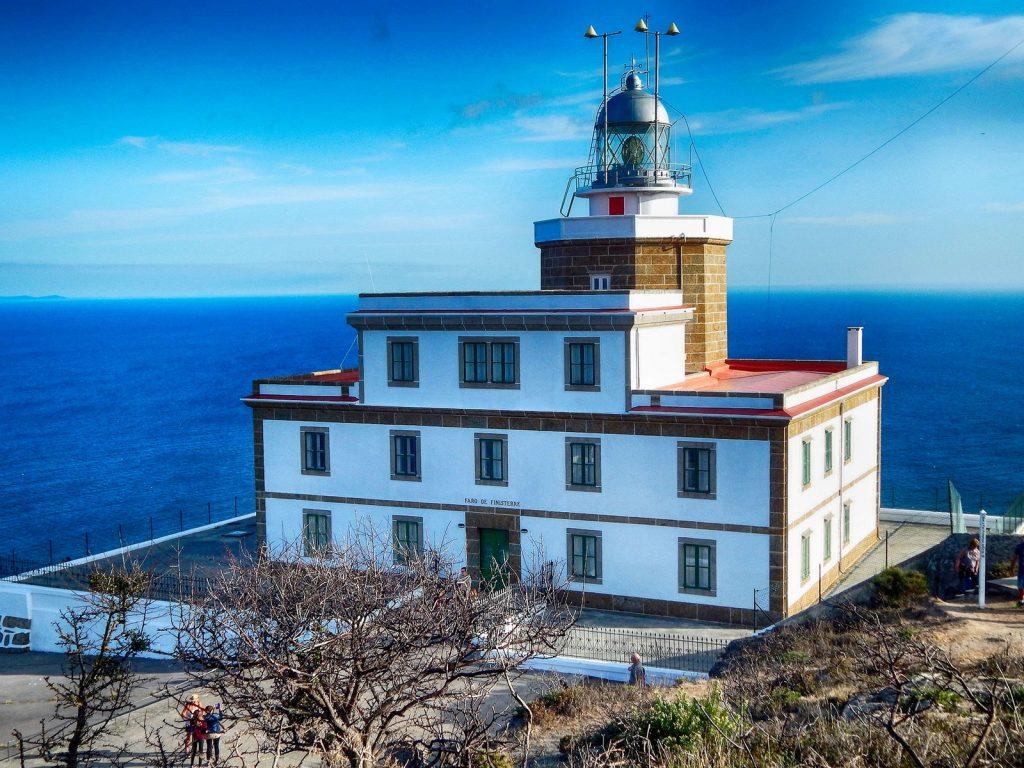 El lugar donde el mar engulle al sol en el fin de la tierra: Faro de Finisterre.