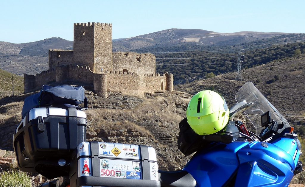 El castillo de Magaña (s. XI) se alza como una de las fortalezas señoriales más relevantes de la provincia.