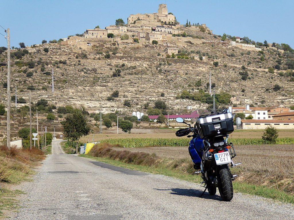 La Yamaha parece observar el 'skyline' románico de Ribelles, con su castillo culminante.