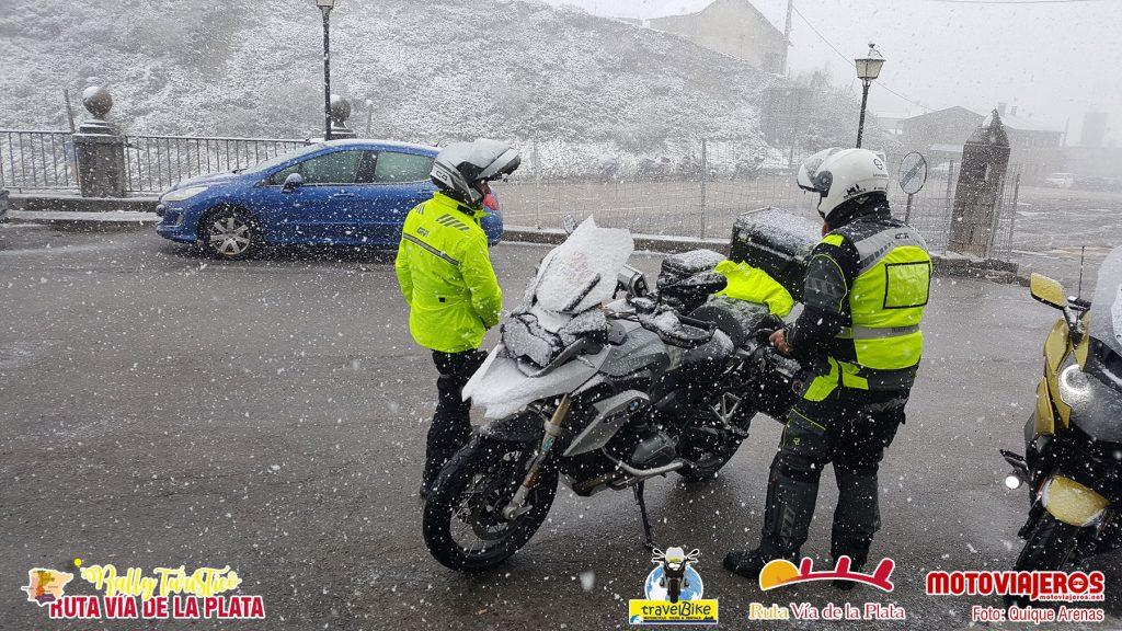 Una intensa nevada sorprendió a los participantes en la N-630 a su paso por el puerto de Pajares.