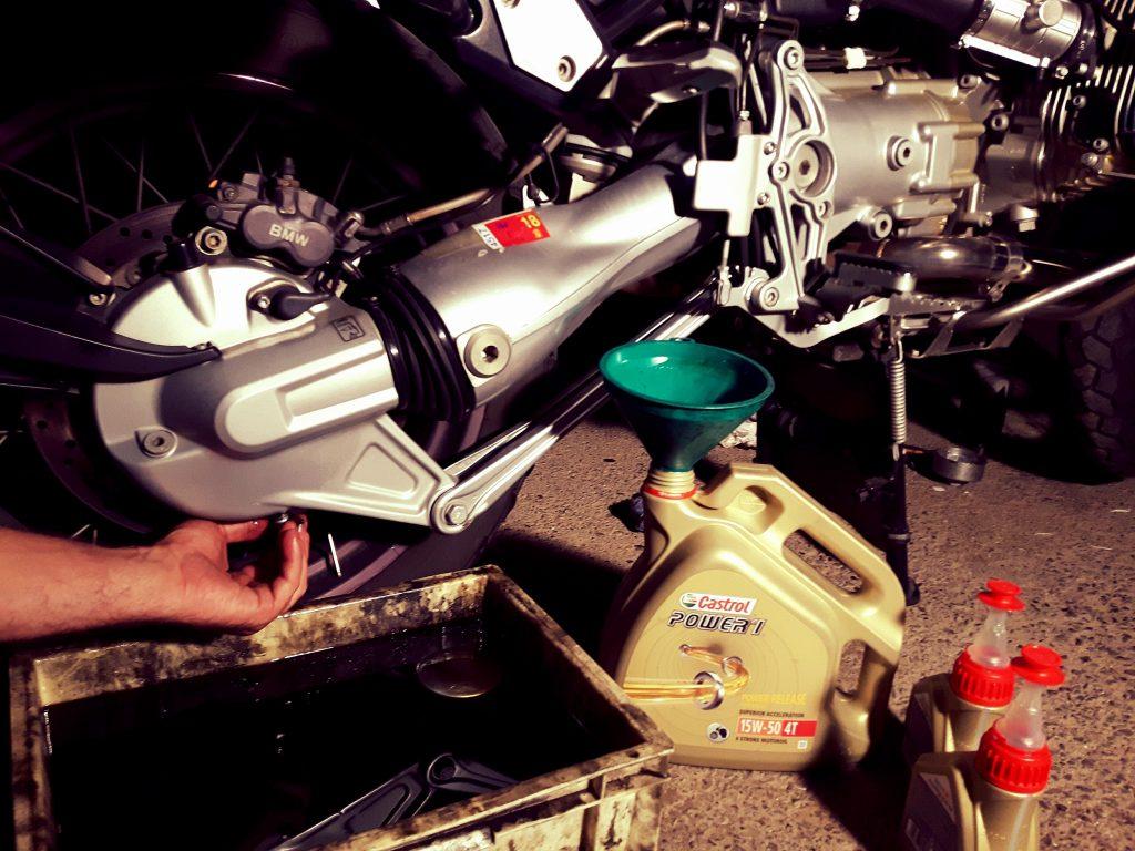 Resulta imprescindible utilizar un buen lubricante para cuidar las partes más esenciales de nuestra moto.