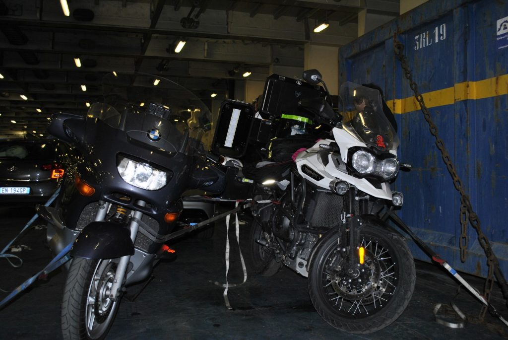 Motos atadas en la bodega del ferry al partir de Barcelona a Génova