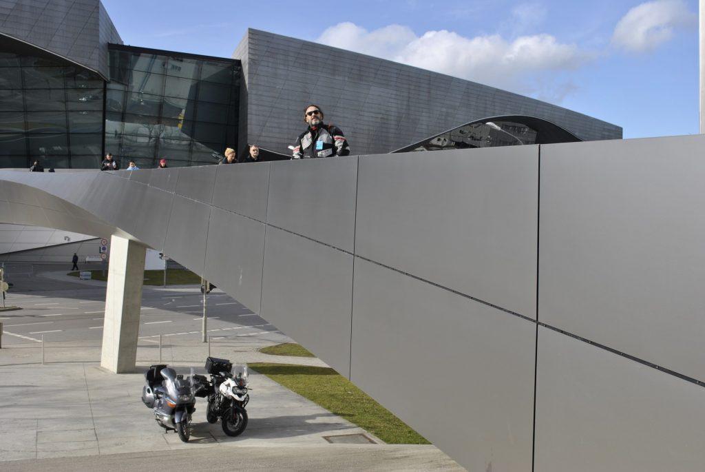 Nuestras motos aparcadas debajo de la pasarela que une el MUSEO BMW y el CONECSIONARIO más grande de la marca, MUNICH.