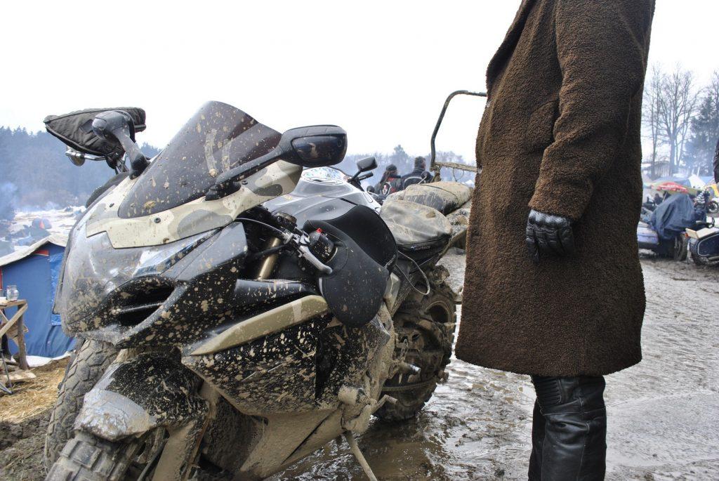 A este piloto le gustaban las motos deportivas y hacer todo terreno. Lo ha solucionado con una sola moto R con ruedas de tacos.