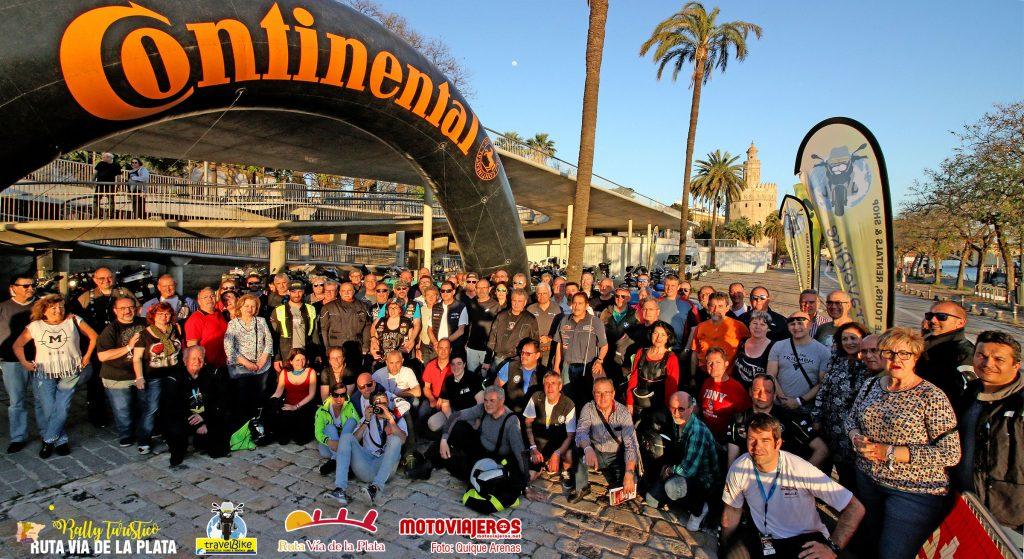 El Rally Turístico Ruta Vía de la Plata partió de Sevilla: de fondo, la Torre del Oro.