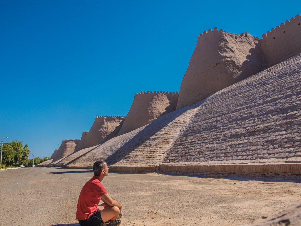 Frente a las murallas de Jiva, Uzbekistán.