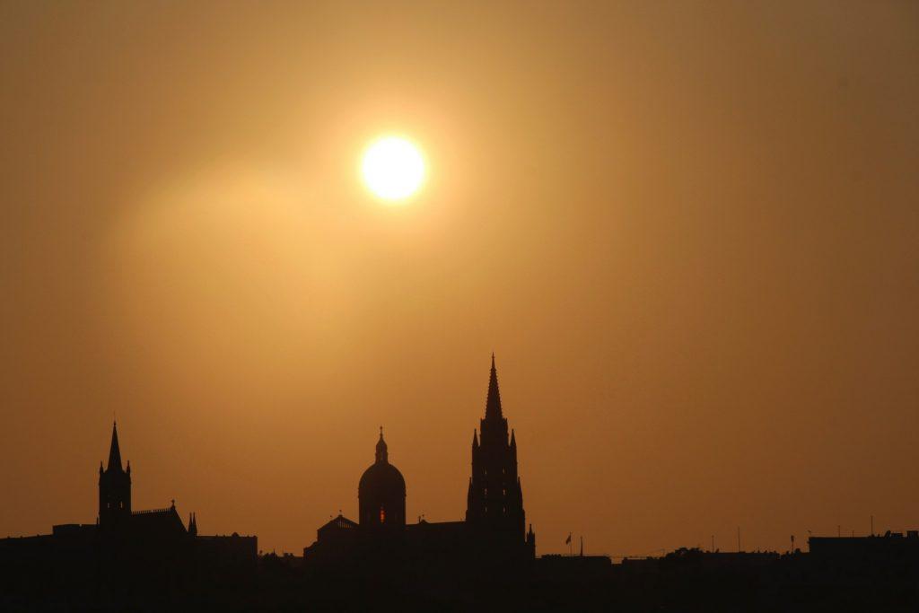 El sol se prepara para ocultarse en Malta, ¡maldita pista aquella!