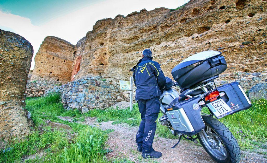 Un pequeño camino nos permite subir con nuestra moto hasta el castillo de Montemolín.