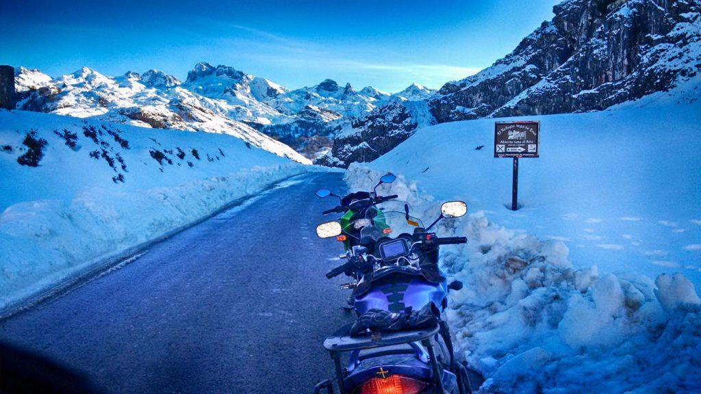 Los Picos de Europa, cubiertos de nieve // Foto: Carlos YFR.