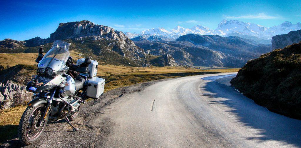La Torre Santa de Enol, al fondo, con sus 2.486 metros, es la segunda cumbre en altura del Macizo Occidental de los Picos de Europa // Foto: Quique Arenas.-