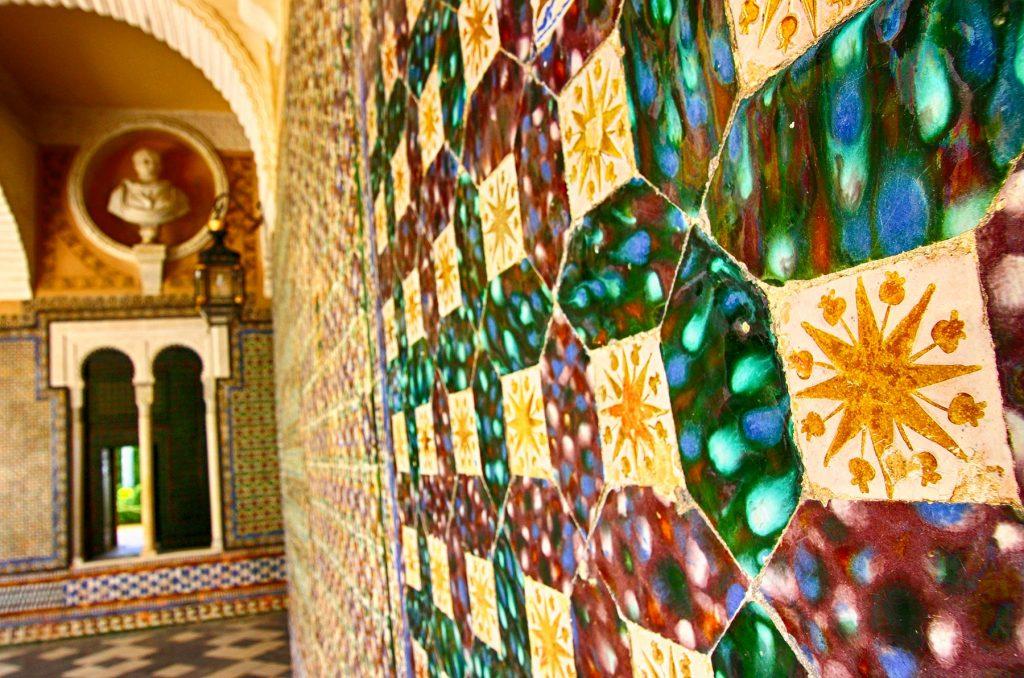 Zócalos de azulejos y sus techumbres mocárabes.