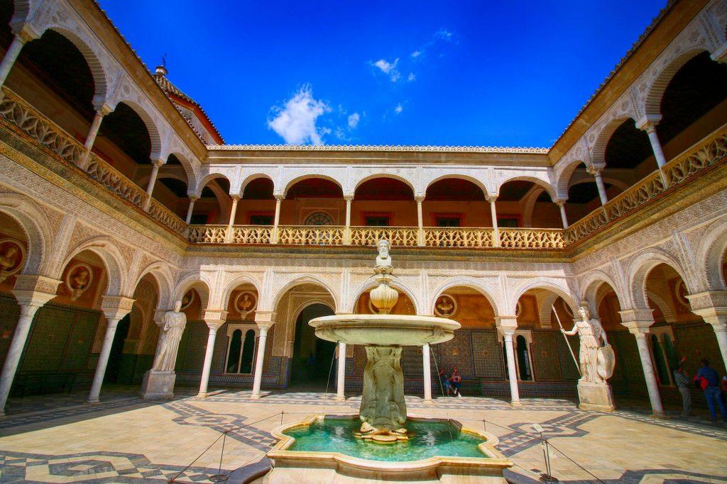 El patio principal de la Casa de Pilatos reúne elementos góticos, mudéjares, renacentistas y románticos.