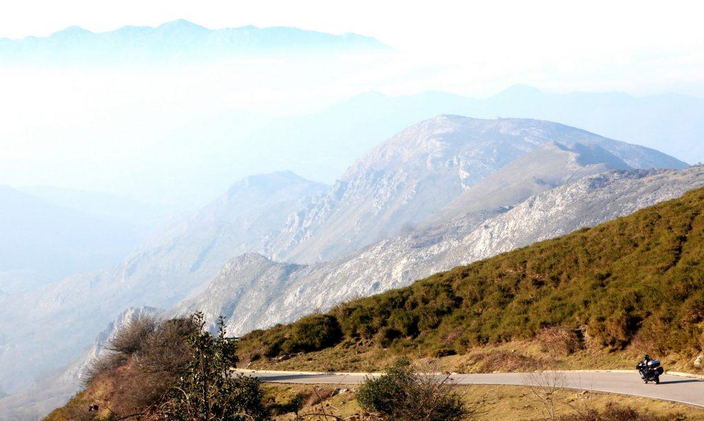 La carretera que conecta con los lagos ofrece unas panorámicas arrebatadoras // Foto: Quique Arenas.-