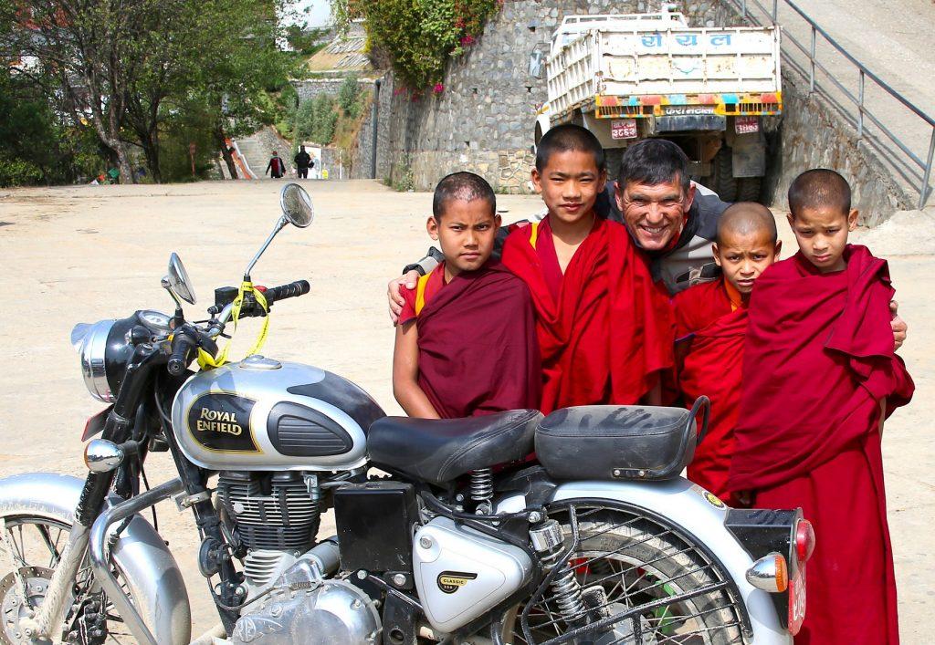 Gustavo Cuervo, con niños nepalíes.