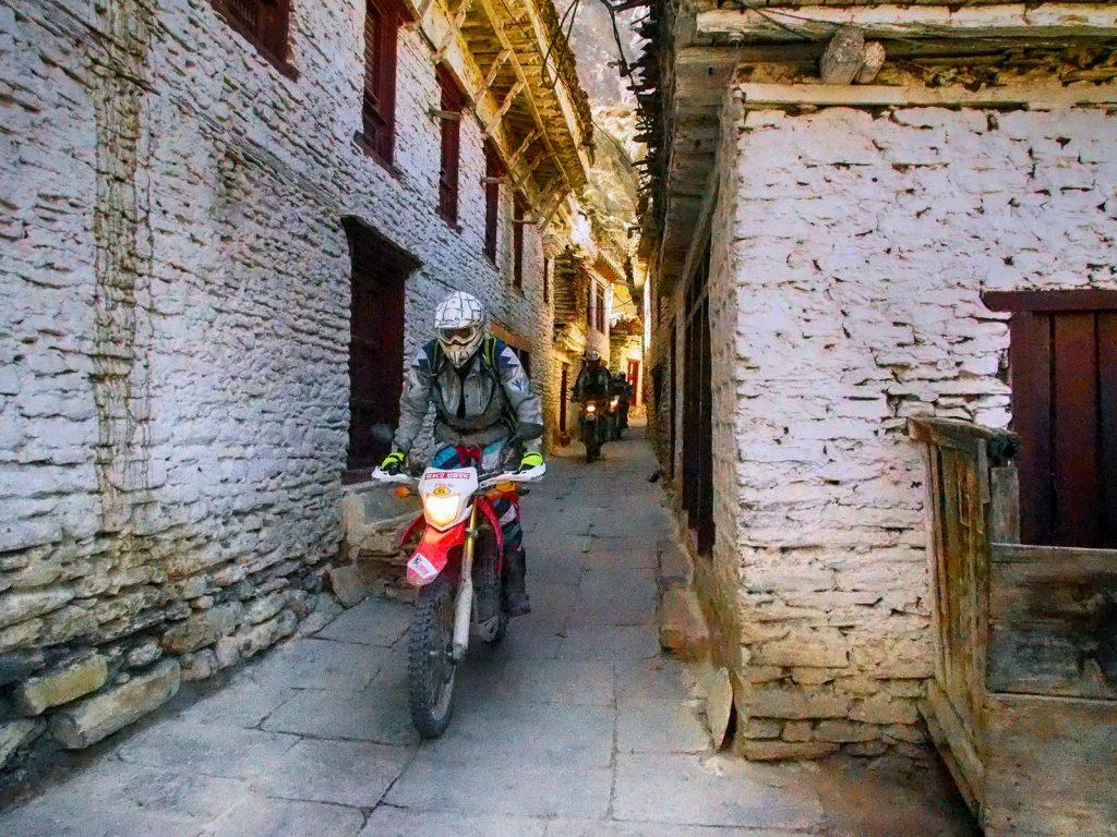 Callejeando con las motos de enduro por Tatopani.