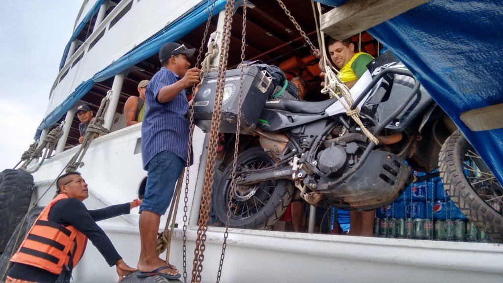 Descargando moto en Amazonas (Tripe frontera)