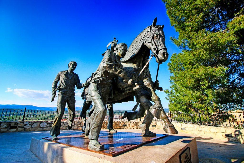 Escultura dedicada a los Caballos del Vino.