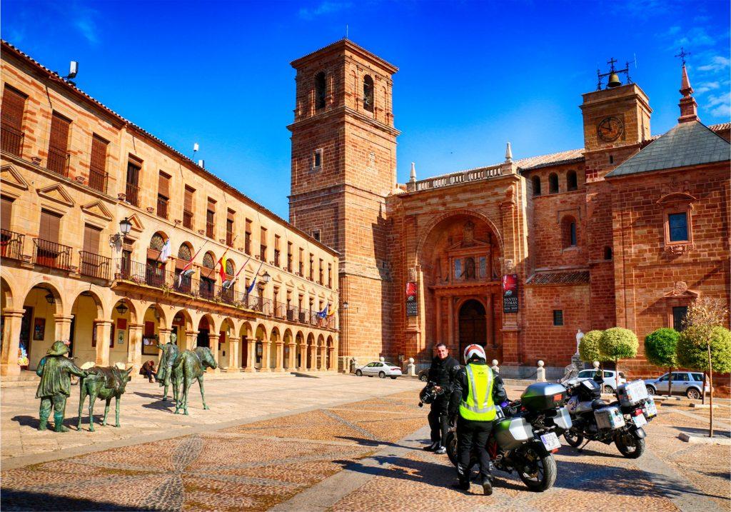 Un escenario muy cervantino: Plaza Mayor y fachada sur de la Iglesia de San Andrés.