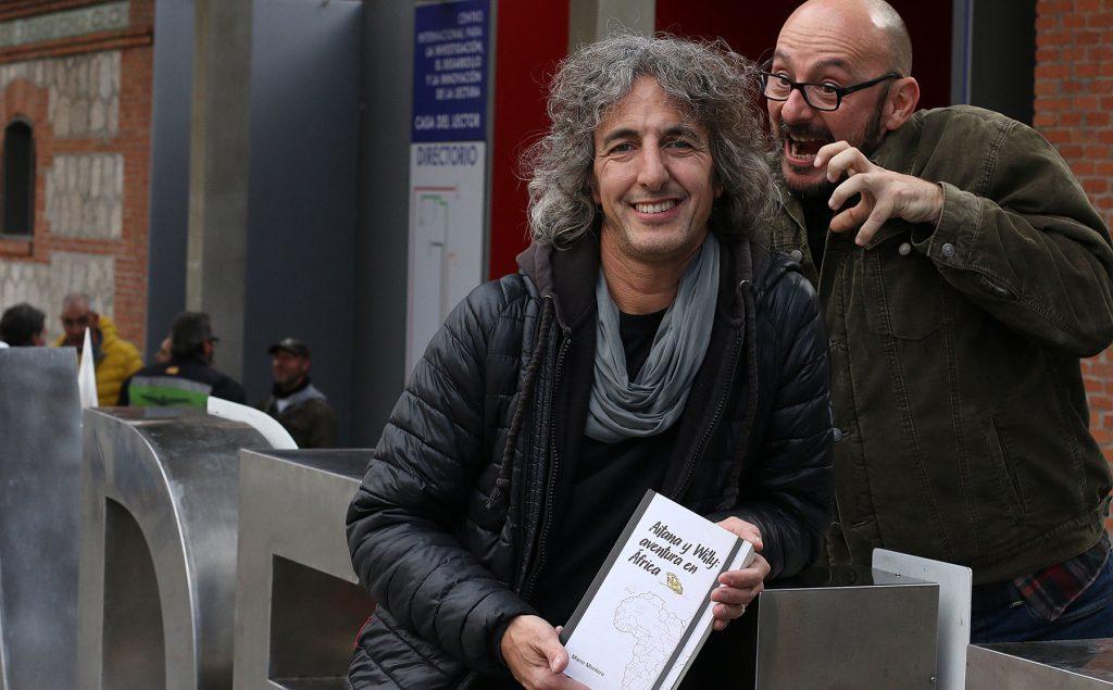 """El escritor Mario Montoro, junto a Pablo Villa, ilustrador de """"Aitana y Willy: Aventura en África"""""""