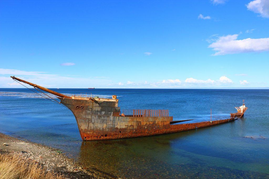 Navíos que naufragaron para siempre, camino del Fuerte Bulnes.