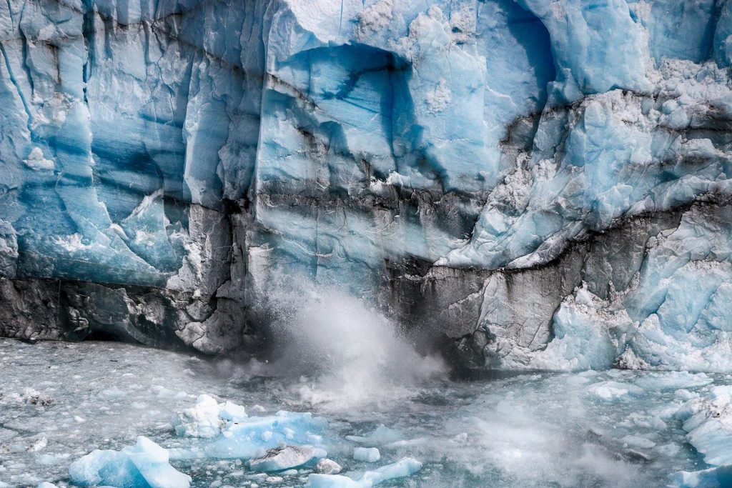 Un bloque de hielo se desprende del glaciar.
