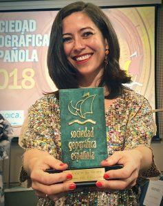 """Alicia Sornosa, con su premio al """"Viaje del Año"""" otorgado por la Sociedad Geográfica Española."""