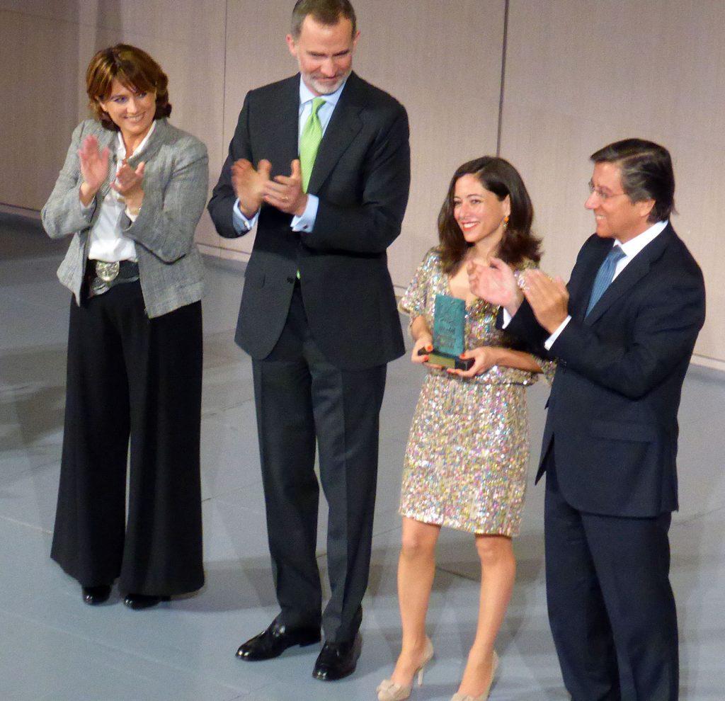 El Rey Felipe VI, la ministra de Justicia y el presidente de la SGE, junto a Alicia Sornosa.