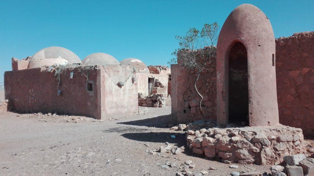 """Los antiguos acuartelamientos se mantienen en pie a duras penas, como """"Fuerte Chacal""""."""