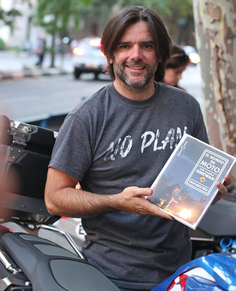 Charly Sinewan, con su libro, en Madrid.