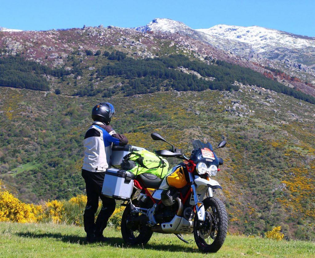 Explorando nuevos destinos con la Moto Guzzi V85TT.