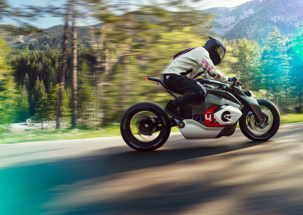 La BMW Motorrad Vision DC Roadster presenta una postura muy dinámica.