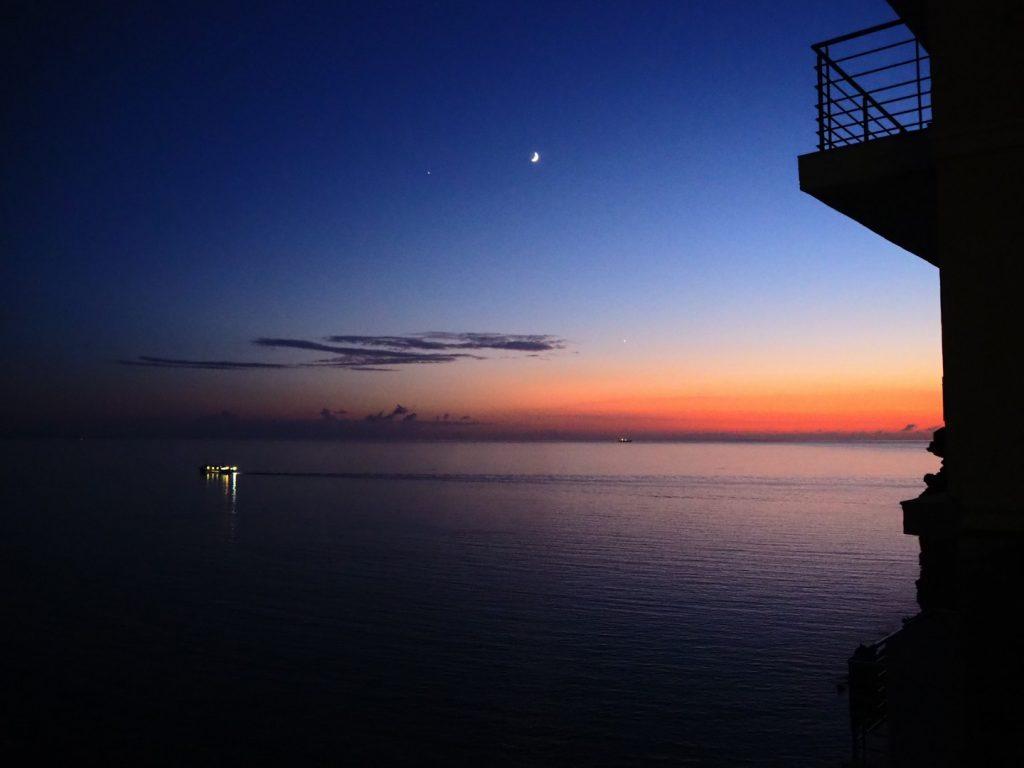 Anochece en el estrecho de Bonifacio.