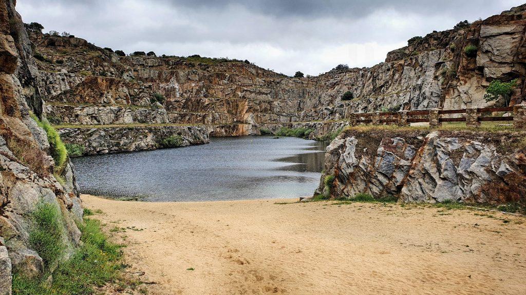 La cantera de Alcántara se ha transformado en una playa en la que es posible bañarse.