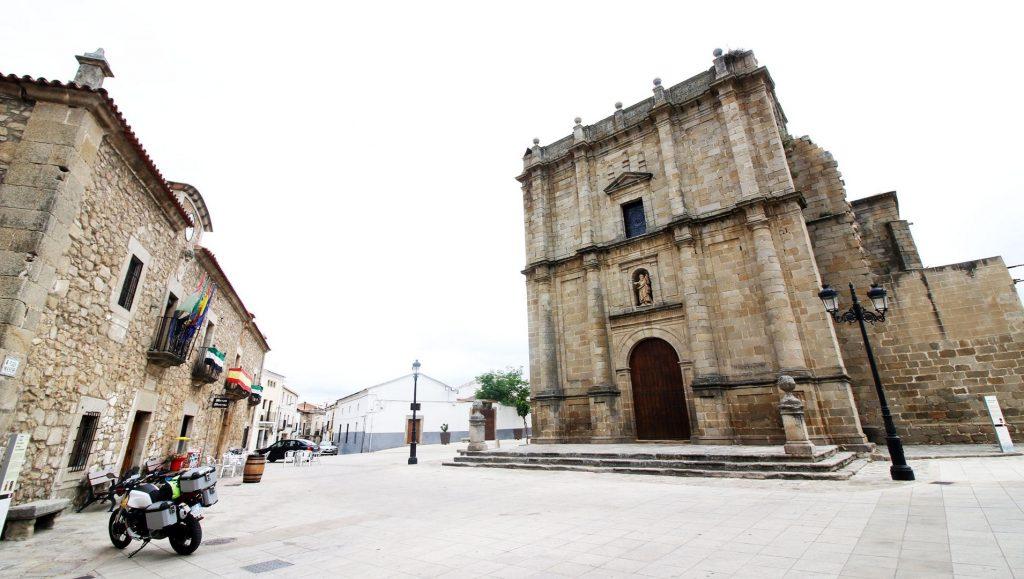 Casa Consistorial e Iglesia de Zarza la Mayor.