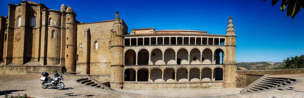 El conventual de San Benito y su majestuosa galería de Carlos V.