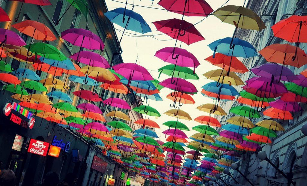 Strada de Alba Iulia, la singular calle de los paraguas de colores de Timisoara.