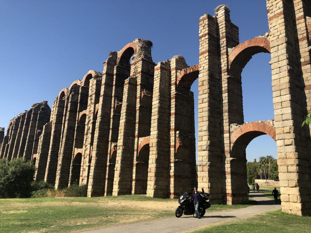 Bajo el acueducto romano de Mérida.