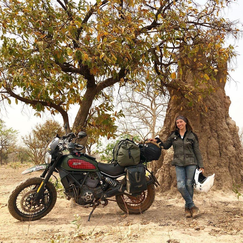 Alicia Sornosa con su Ducati Scrambler.